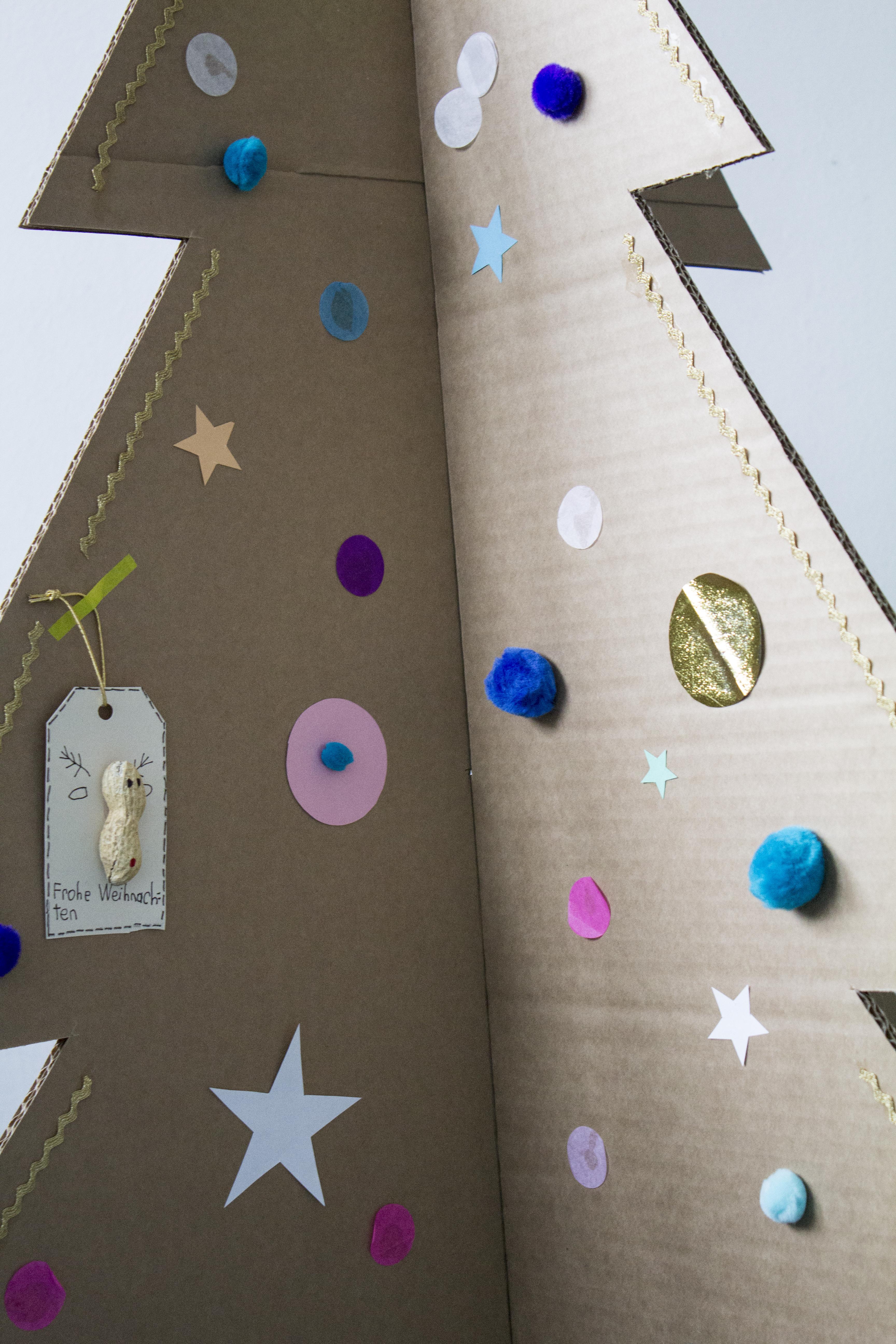 DIY: Weihnachtsbaum aus Karton basteln